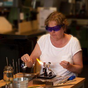 eine glasperle entsteht am brenner gefertigt von der colorano glas-schmuck-manufaktur