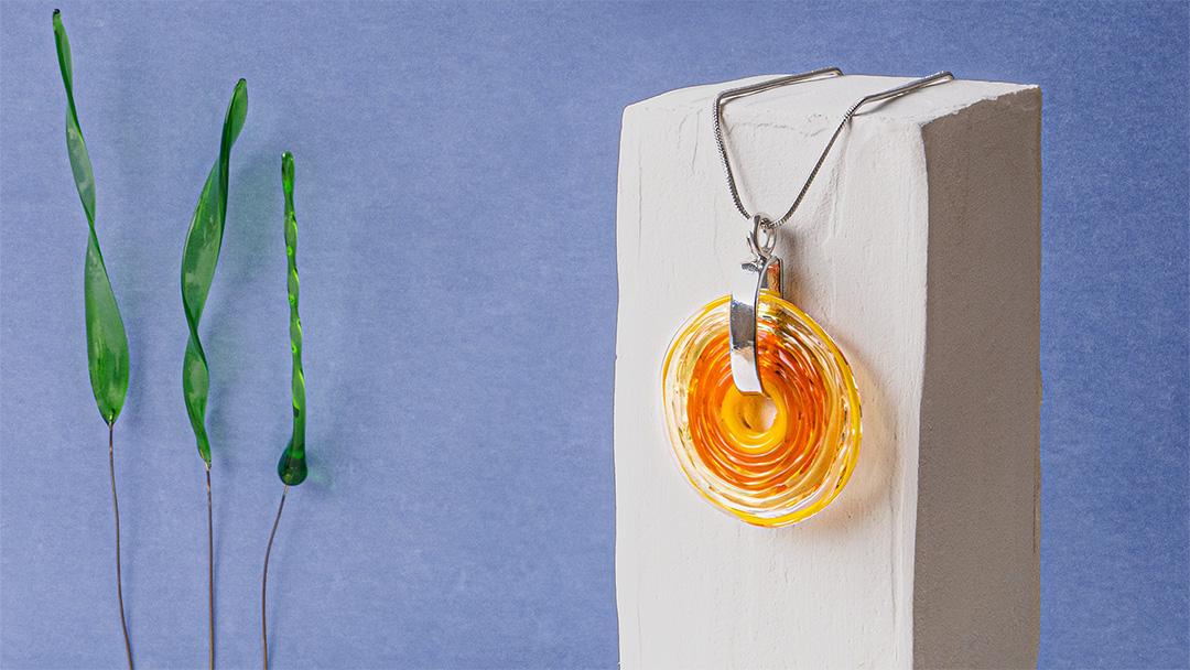 halskette mit kunstvoll gefertigem anhänger aus muranoglas in orange und gelber Farbe von der colorano glas schmuck manufaktur